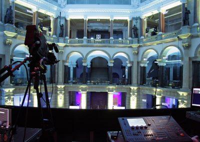 Mischpult im Vordergrund, beleuchtete Säulen, Kamera im Vordergrund, lila, weiß