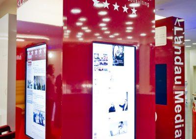 Rote und weisse Stellwände mit Infolights an der Stellwand