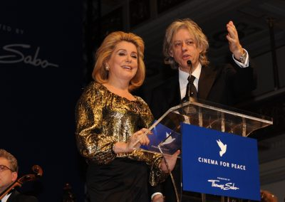 Mann und Frau am Mikrofon bei Cinema for Peace Gala