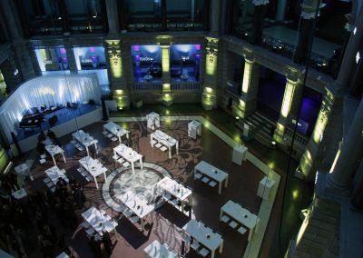 Foto total von oben, weisse Tische, leere Bühne, Licht von oben